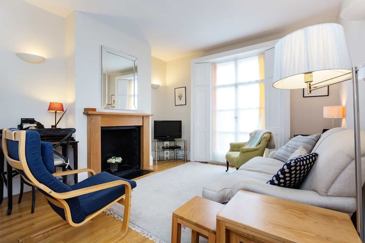 Charming 3 BR Cottage in Brook Green, by Veeve