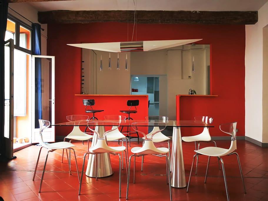 salle à manger avec vue sur le coin bar et la cuisine