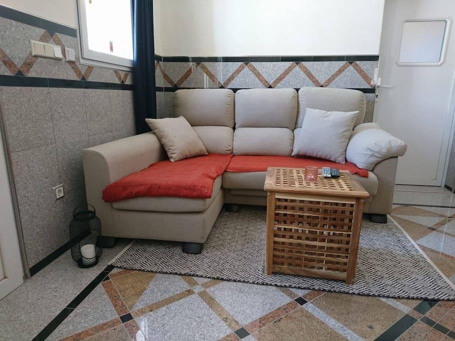Sala de estar y cocina/ Living room and kitchen/ salle de séjour et cuisine/ Wohnzimmer und Küche