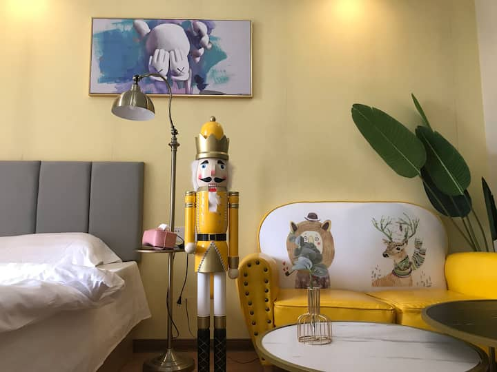 淡黄童话木偶房 万达商圈内江首家设计师特色主题轻奢房