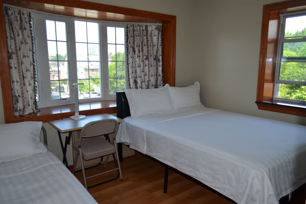 max three guests accommodates
