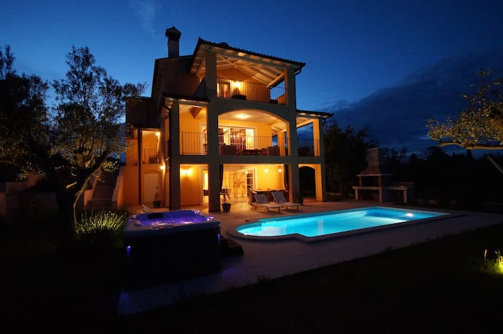 charmante 320m² Villa Ari mit Pool