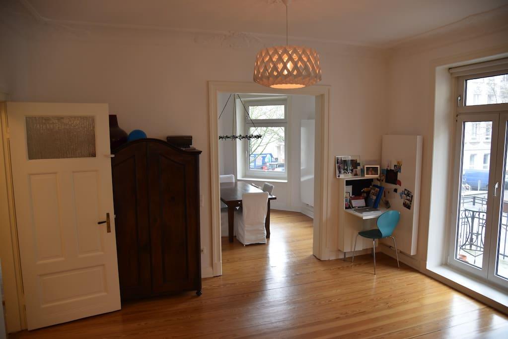 Wohnbereich mit Arbeitsecke // Living room and working corner