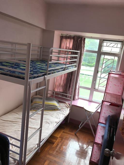 卧室。高低床。正常两人。还能加一单人床。多一人加150元。