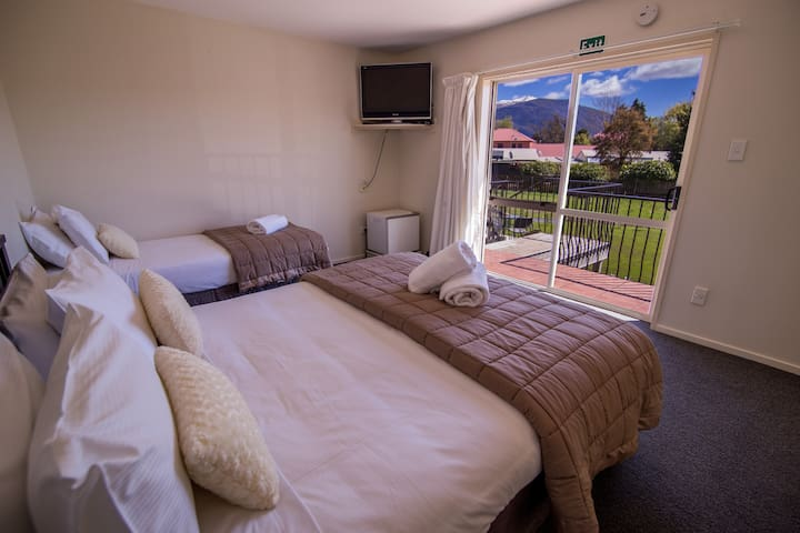 Te Anau Lakefront B&B Queen Room