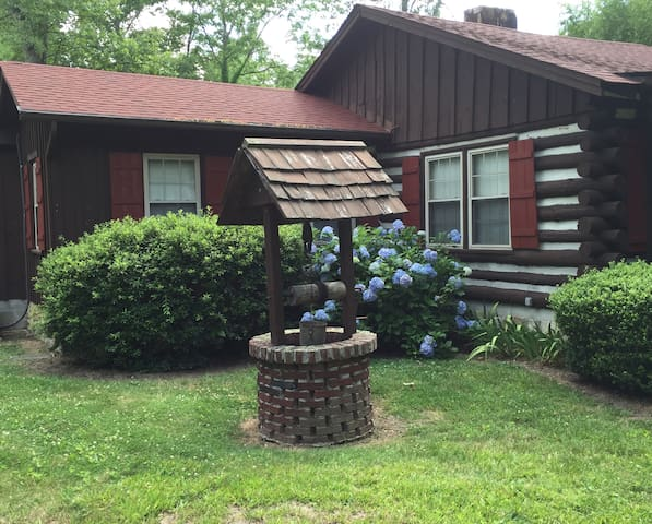 The Rooster Log Cabin, Great Location!