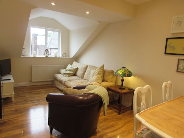 Luxury 2 bed apartment 5 close to town & station