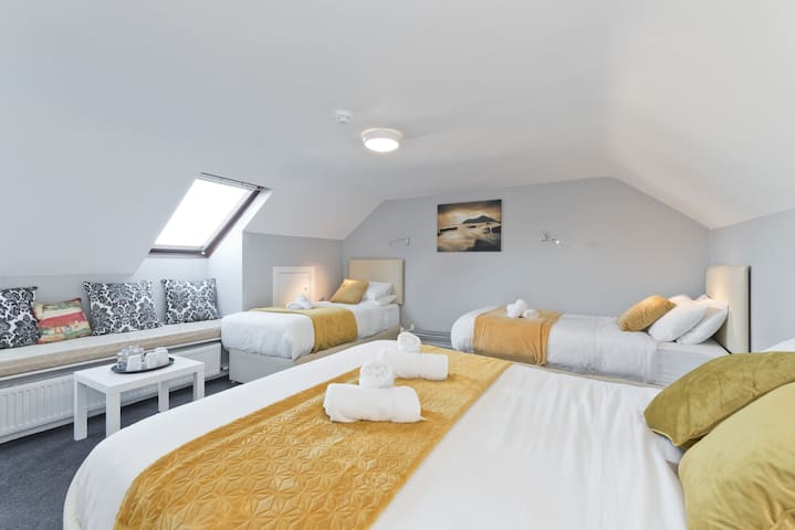 *Large private Ensuite room*sleeps 4 guests*at RDS