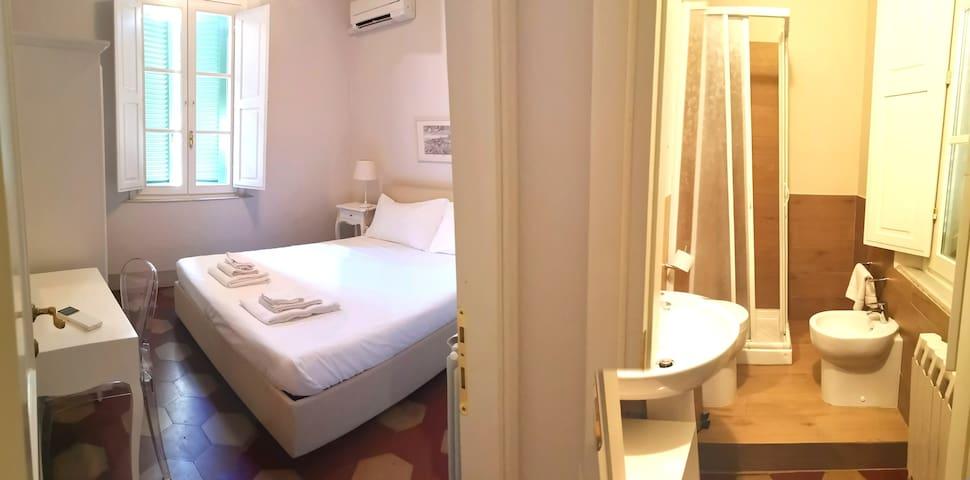 la camera al piano superiore e il bagno accanto ad essa