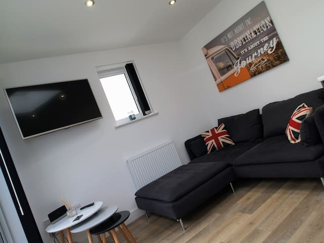 Modern 3 Bed Serviced Apartment - Plymouth