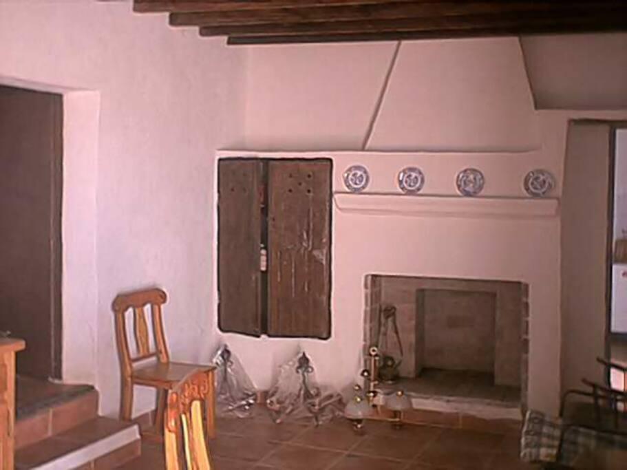 Chimenea, colañas y armario originales (mediados del siglo XIX)