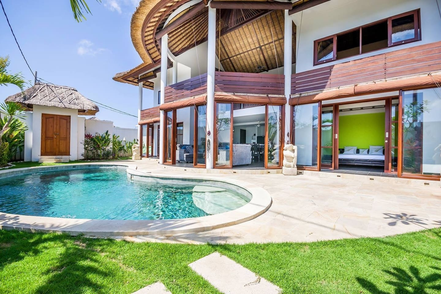 Private Pool and garden for your holidays - Sun beds x3 included (not showing in the photo). Direct garden access from 2 bedrooms and living room. Lush and tropical garden with beautiful pool.