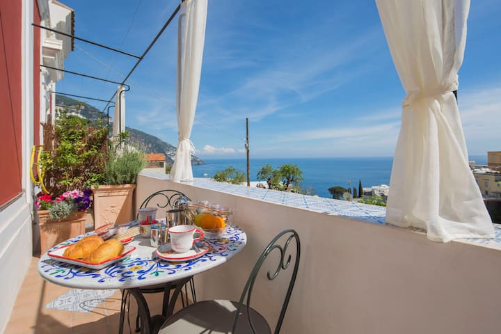 Mimì: Large and bright room with sea view