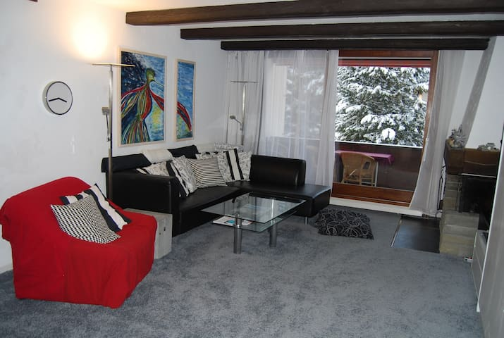Modern apt, sleeps 4, 2 bath, pool, close to lifts