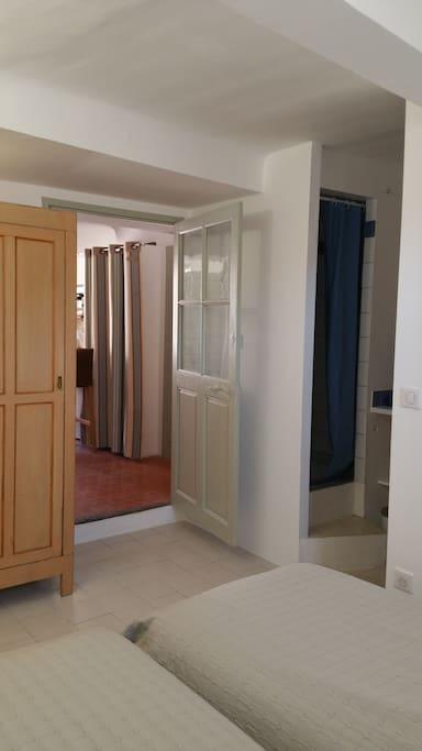 chambre avec 2 lits simples pouvant être rapprochés, salle de douche et toilettes séparés