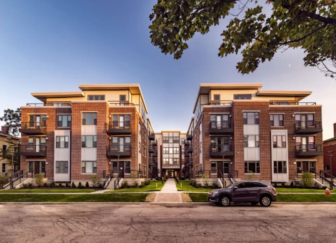 Luxury Ohio City Apartment - WALK to Hingetown!