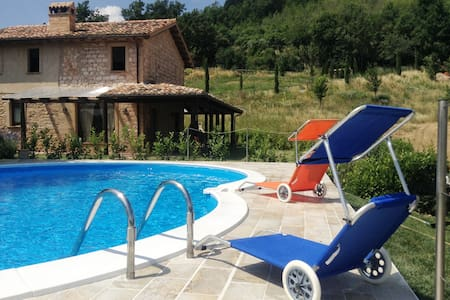 Casale rustico piscina, giardino privato, wi fi