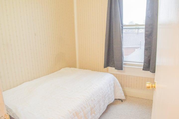 Karibu!  Minimalist Apartment- University Heights