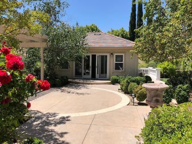 Beautiful private guesthouse upscale neighborhood