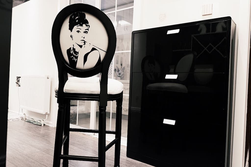 此处为吧台椅,看见梦露,心动吗。比心……