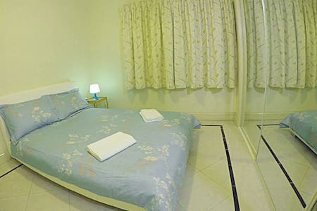 European style double room& close to the airport - Wavell Heights - 一軒家