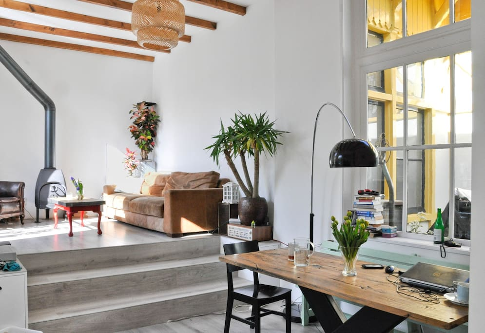 Bright livingroom with high ceilings
