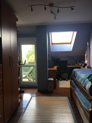 Habitación Doble cama nido muy iluminada.