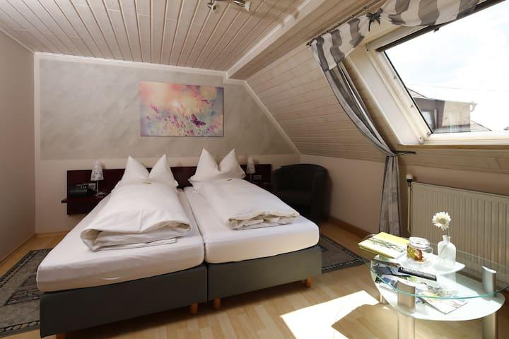 """Gasthof """"Zur Burg"""" (Hohenberg), Doppelzimmer - kostenfreies WLAN und moderne Einrichtung"""