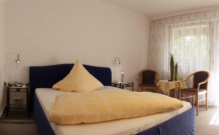 Haus Rebland Hotel Restaurant, (Baden-Baden), Einzelzimmer mit Dusche/Badewanne und WC