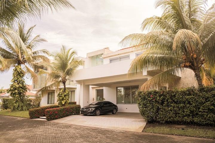 Espectacular y  amplia casa moderna y de lujo.