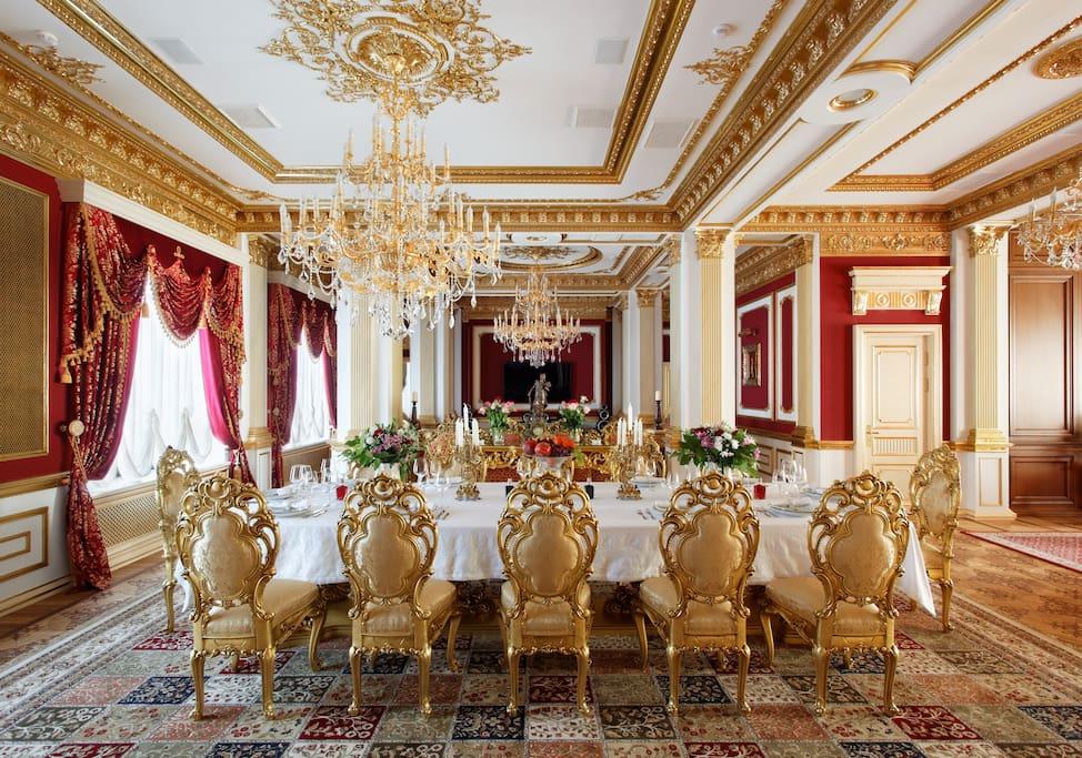 """Обеденный стол в апартаментах """"Версаль"""""""