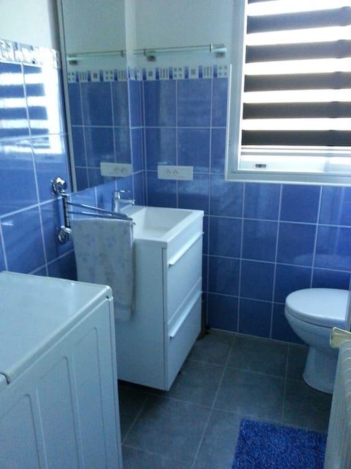 salle de bain avec fenêtre lave linge belle douche pièce toute neuve