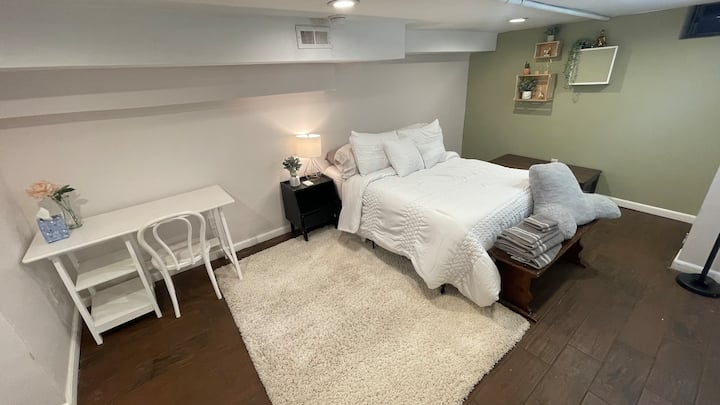 Couples getaway: Spacious and private room