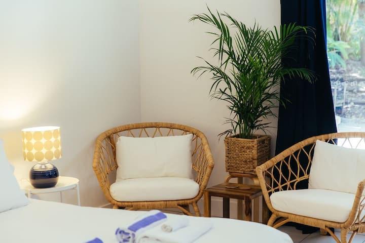 Palm Room; central, own entrance, patio & ensuite