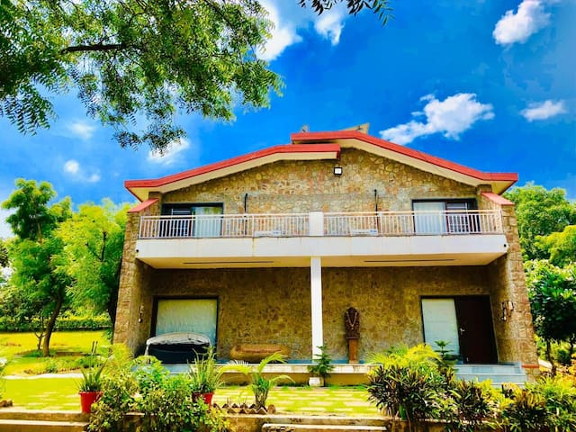 Aravali hills luxury Farmhouse with pool