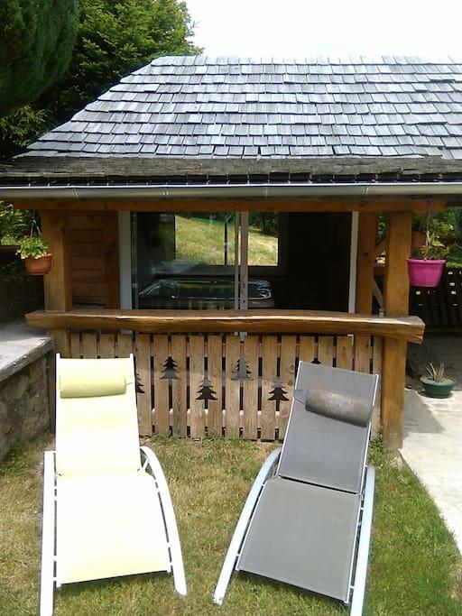 Petit coin tranquille pour se détendre avec un spa, chaises longues...