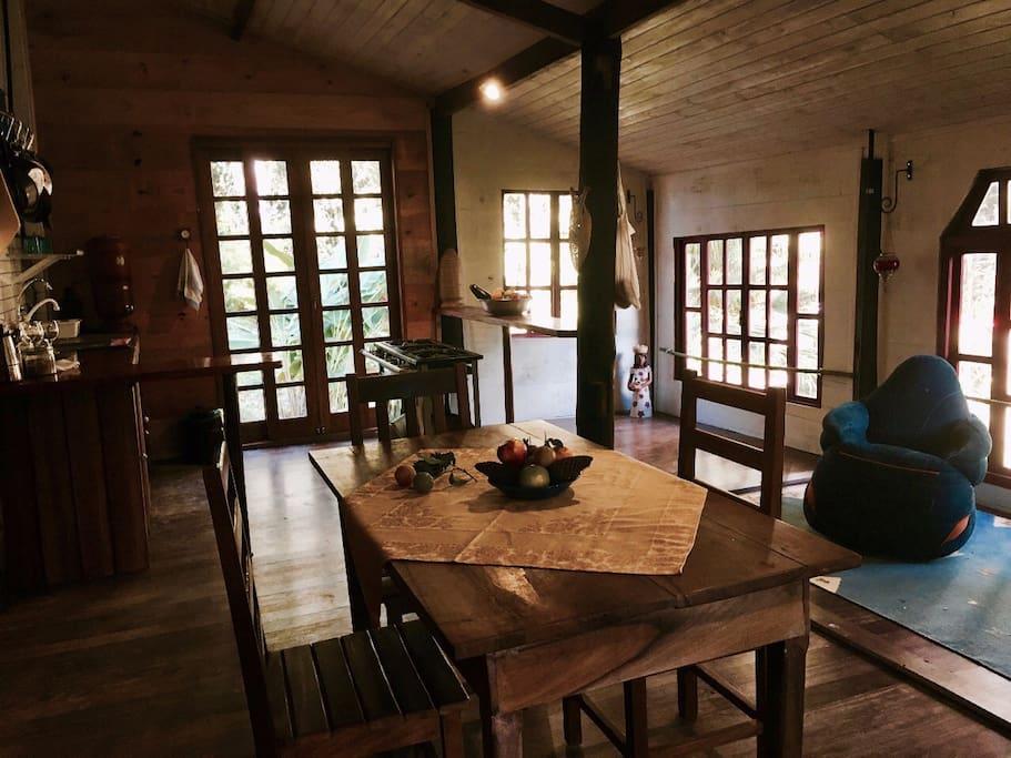 Mesa de jantar com cozinha ao fundo