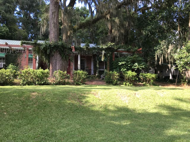Cottage on Lake Ella 2br/1b or 1br/Office Downtown