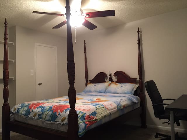 Private Bedroom w/ Ensuite Bathroom Near NRG & TMC