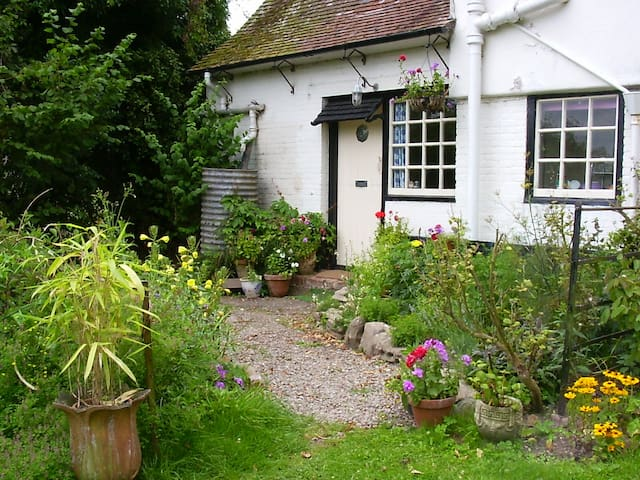 2 Orchard Cottages: Cosy Family Home in Eardisland