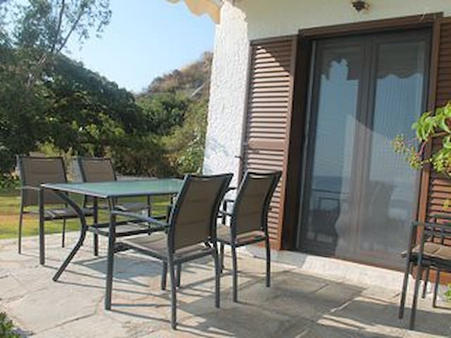 Cosy apartment, 50m from the sea, lovely garden - Kaloutsikos - Casa