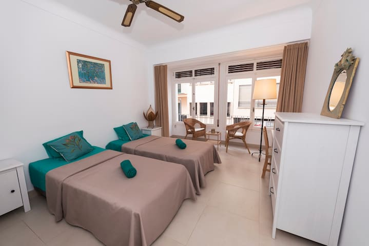Turquoise spacious centric room for up to 3 people