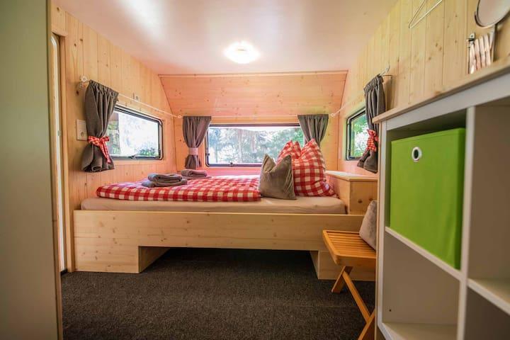 Im Wohnwagen: Kuscheliges Doppelbett