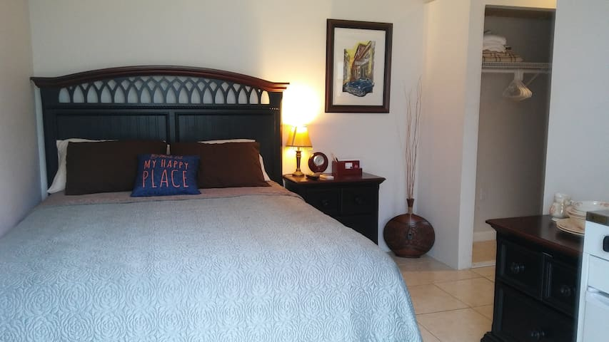 Independent Studio/Private Entrance and Bathroom!
