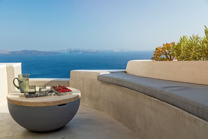 """The Marble Sun""  villa with Jacuzzi in Oia"