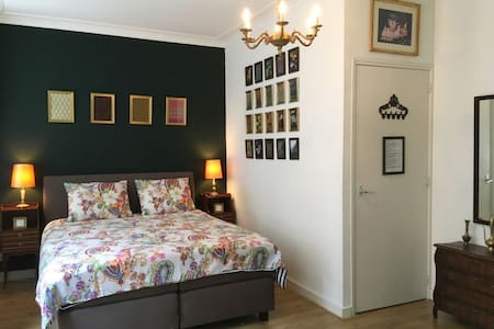 COMFORTABLE stylish room  in city centre FAST WIFI
