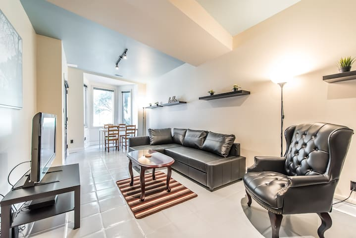 Executive 2 Bedroom King West Suite With Parking