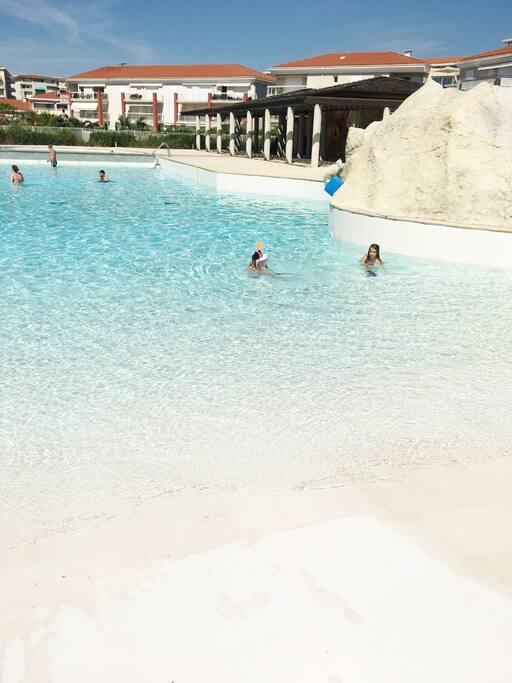 La piscine de la résidence Le Juan Flore