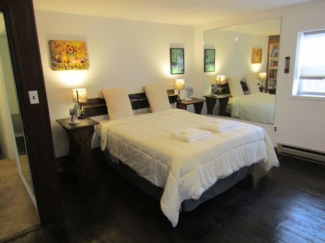 The Luray Lodge - Main Room