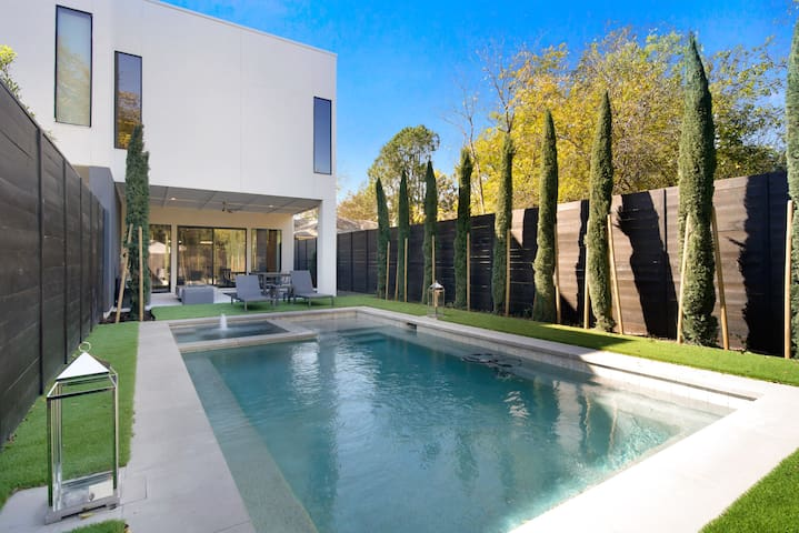 Luxury Pool Hot Tub Oasis in the heart of the city